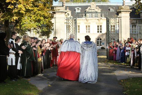 mariage chteau daramont verberie arrivee maries - Chateau D Aramont Verberie Mariage