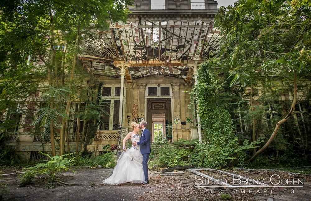 couple-mariage-atypique-lieu-qui-change-ordinaire-pergola
